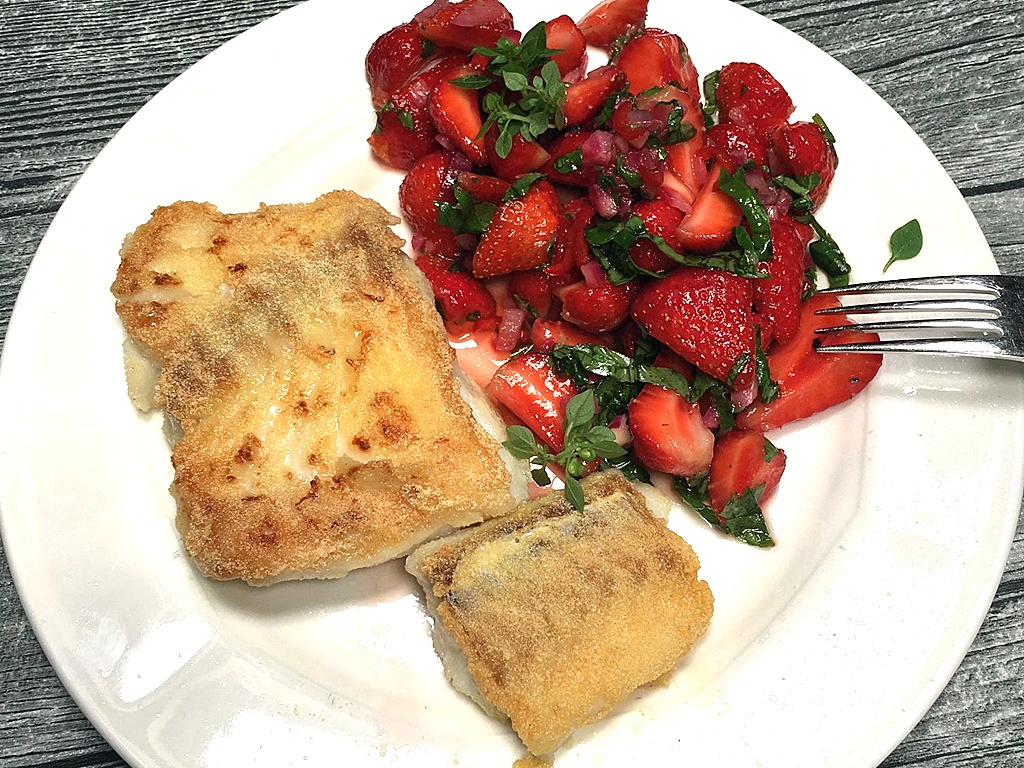 Erdbeersalat mit gebratenem Dorsch.
