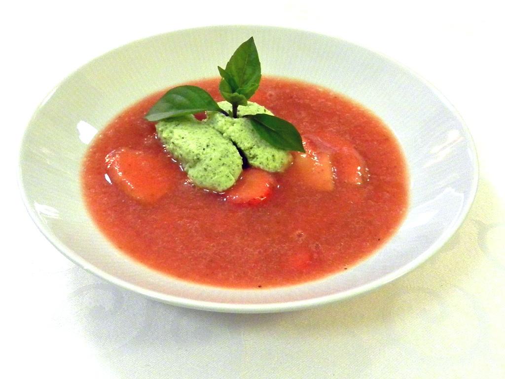 Erdbeer-Pfirsich-Süppchen mit Basilikum-Quark-Mousse