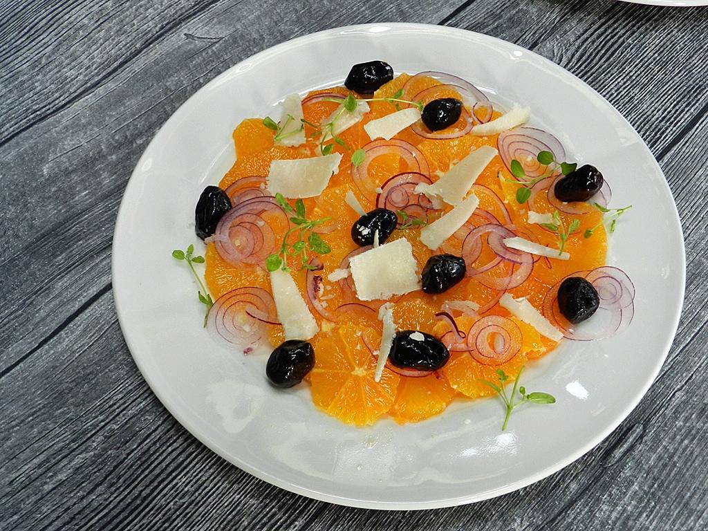Orangensalat mit Pecorino und schwarzen Oliven