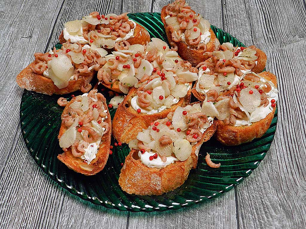 Crostini mit Spargel und Krabben.