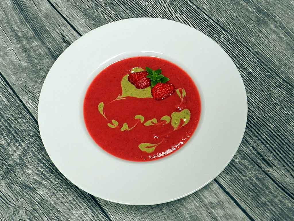 Kaltspeise: Erdbeersüppchen mit Basilikumjoghurt.