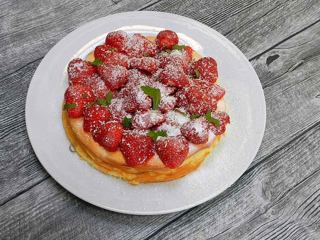 Leichter Genuss: EKäsekuchen mit Erdbeeren.