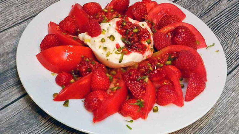 Anregendes Rot: Tomaten-Erdbeersalat mit Himbeerdressing.