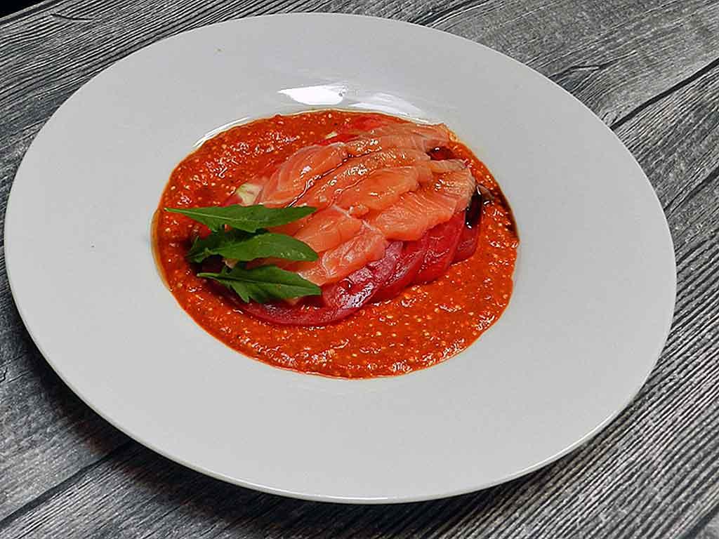 Lachs-Tomaten-Carpaccio auf Paprikacreme.
