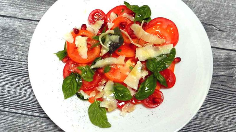 Granatapfelkerne toppen das Tomaten-Carpaccio.