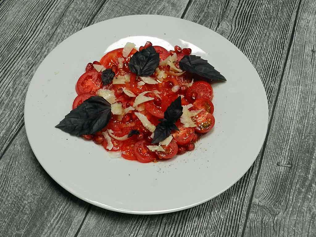 Ton in Ton: Tomatensalat mit Granatapfel.