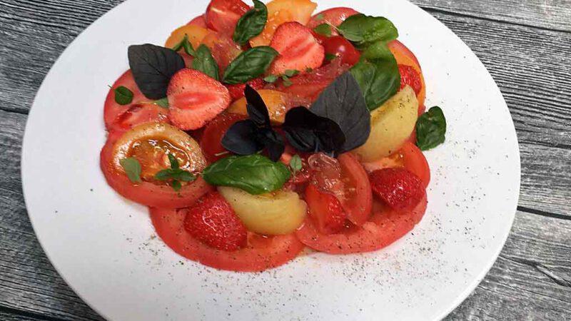 Bunte Mischung: Tomaten, Erdbeeren und Basilikum.