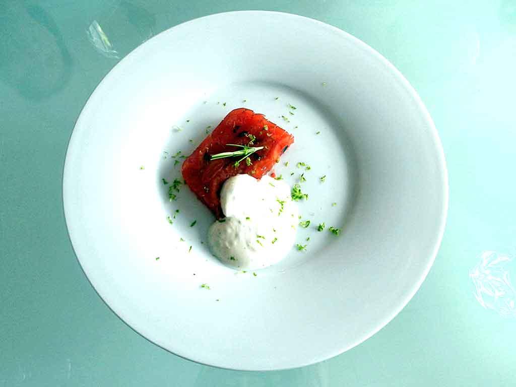 Tomaten-Aperol-Sülze mit Limettenjoghurt.