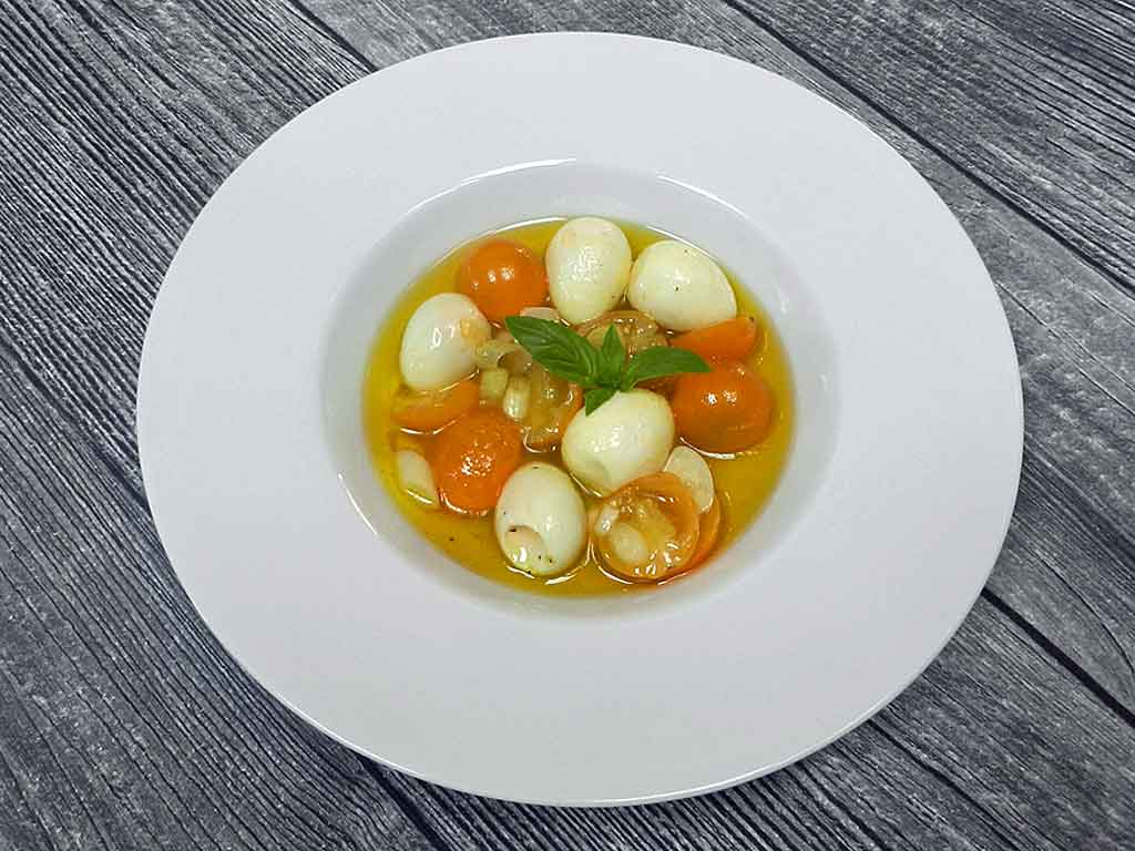 Wachteleier und kleine gelbe aromatishe Tomaten.