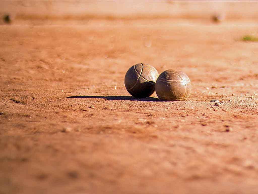 Beim Boule-Turnier fliegen die Kugeln.