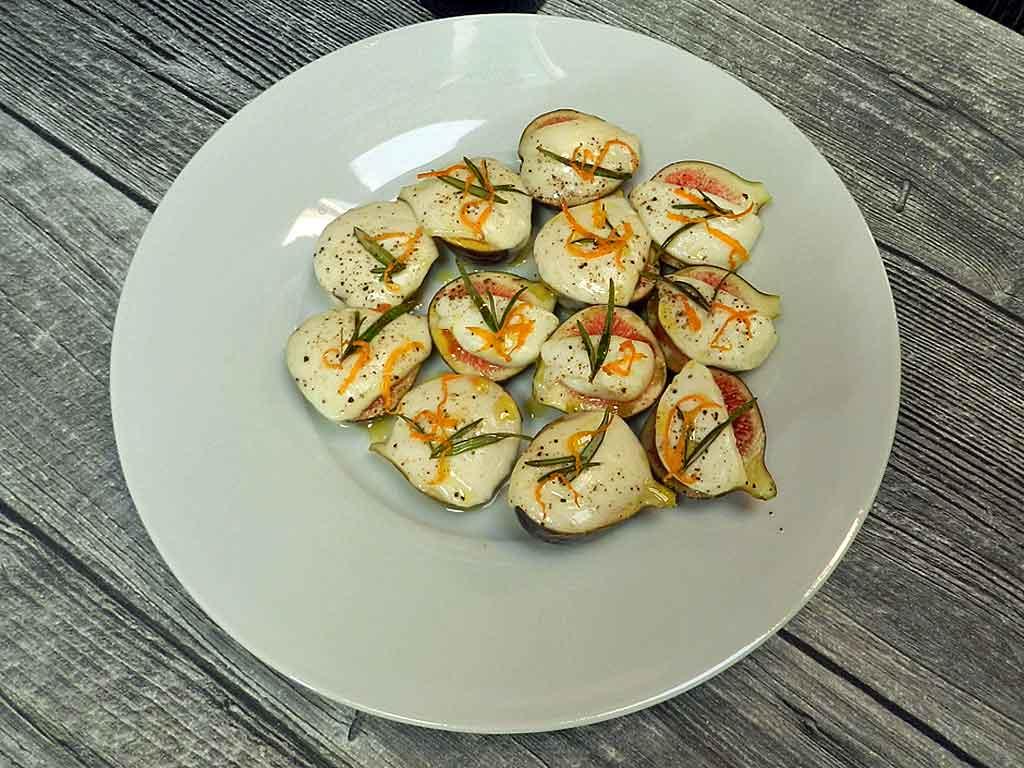 Feigen, kurz mit Mozzarella überbacken.