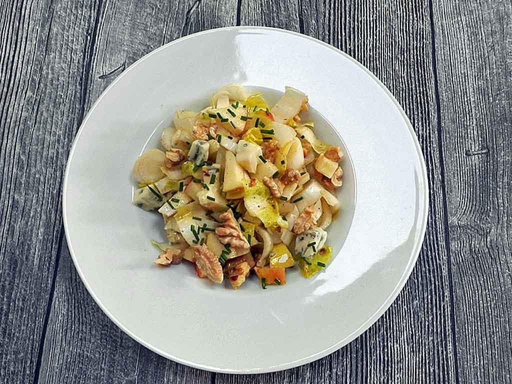 Schneller Salat: Chicoree mit Apfel.