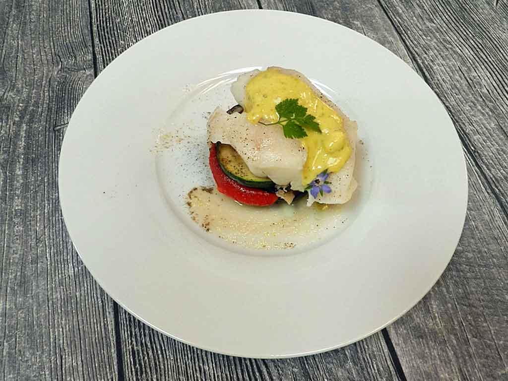 Kartoffel, Paprika, Aubergine, Zucchini und Kabeljau, dazu Pistazien-Aioli.
