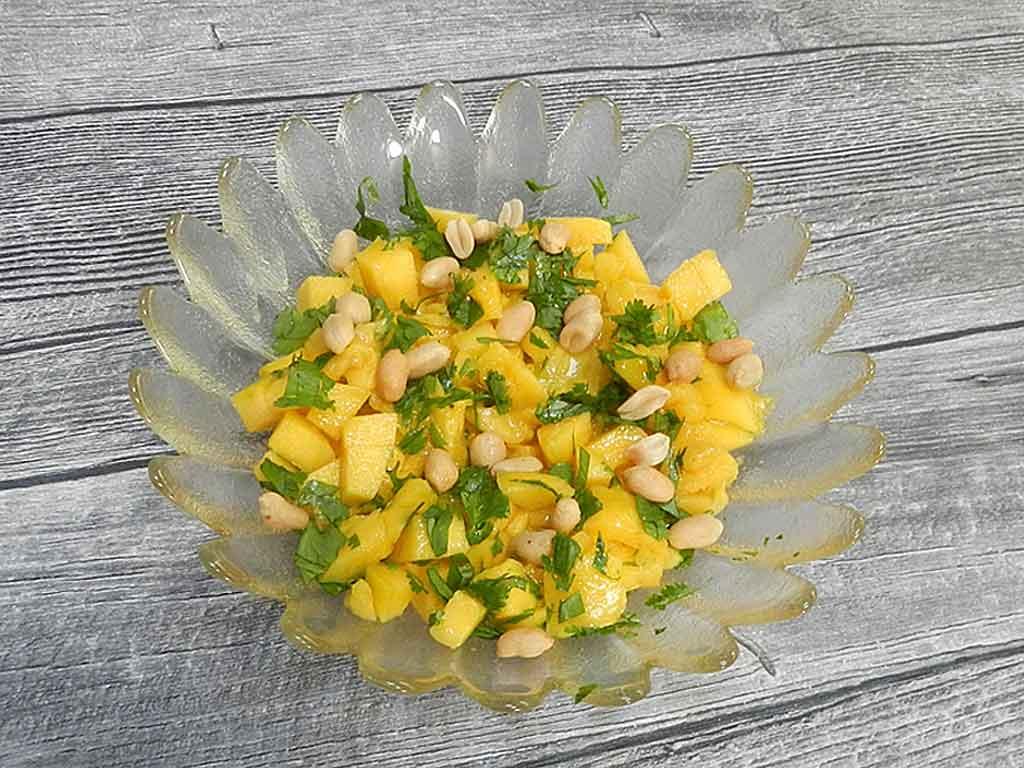 Die Mango für den Salat sollte unbedingt reif sein.