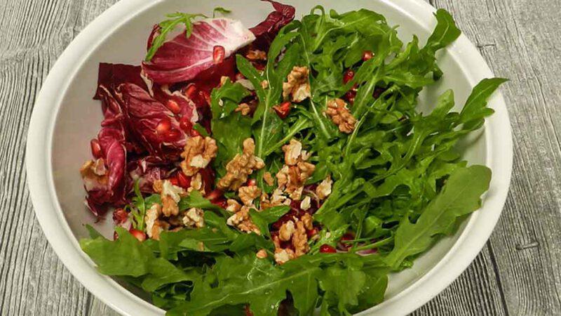 Radicchiosalat mit Walnüssen und Granatapfel.