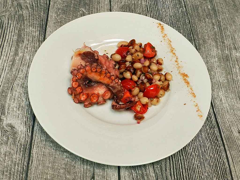 Heiß und kalt: Oktopus mit Bohnensalat.
