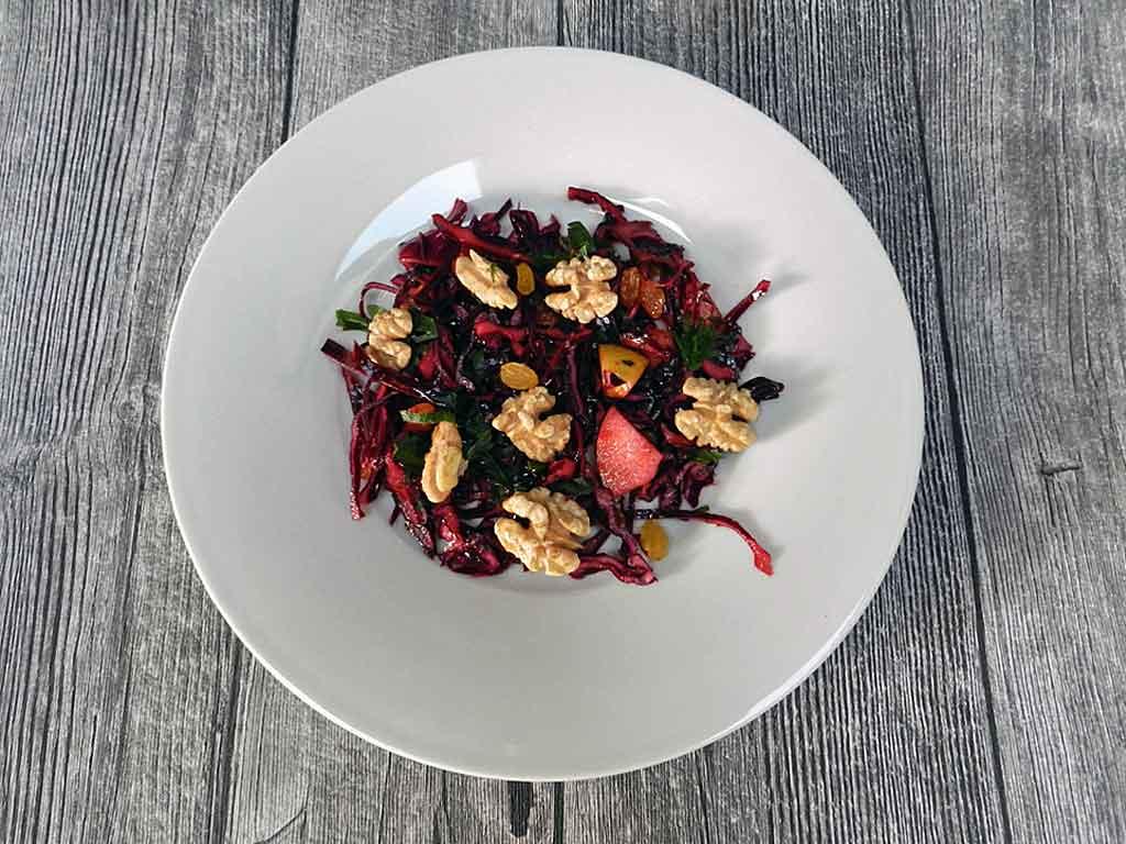 """Knackig frisch: Rotkohlsalat macht nicht nur auf dem Teller """"bella figura""""."""