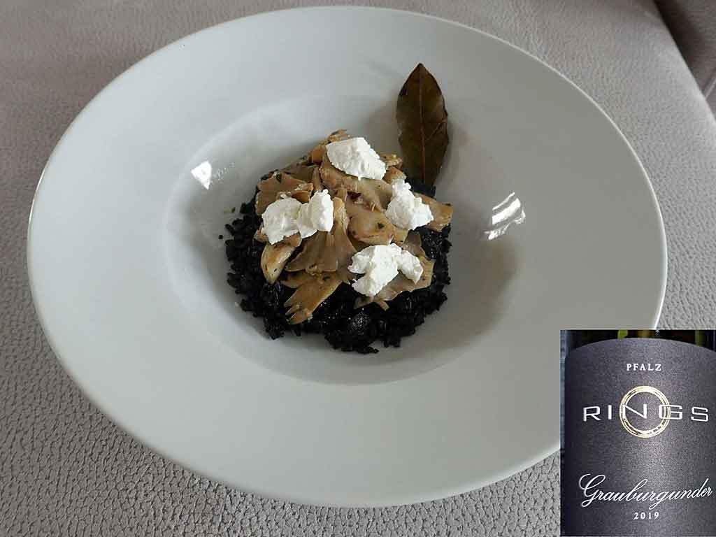 Schwarzer Reis, Austernpilze und Ziegenfrischkäse.