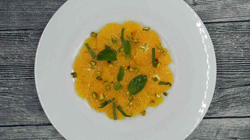 Orangensalat mit Minze und Pistazien.