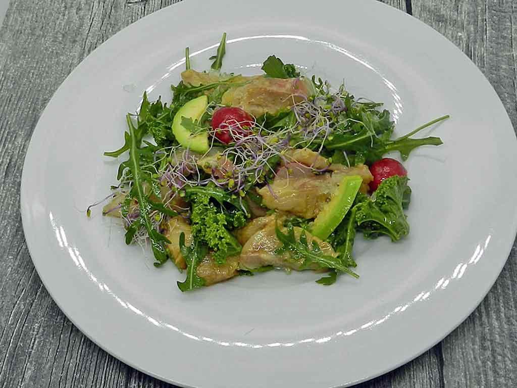Curry und Kaviarlimette adeln diesen Salat mit Wolfsbarsch.