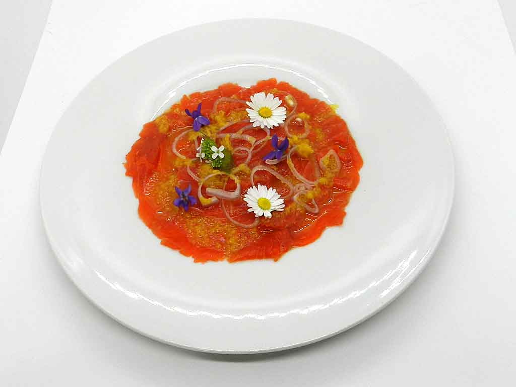 Gute-Laune-Teller: LAchs-Carpaccio mit Blüten.