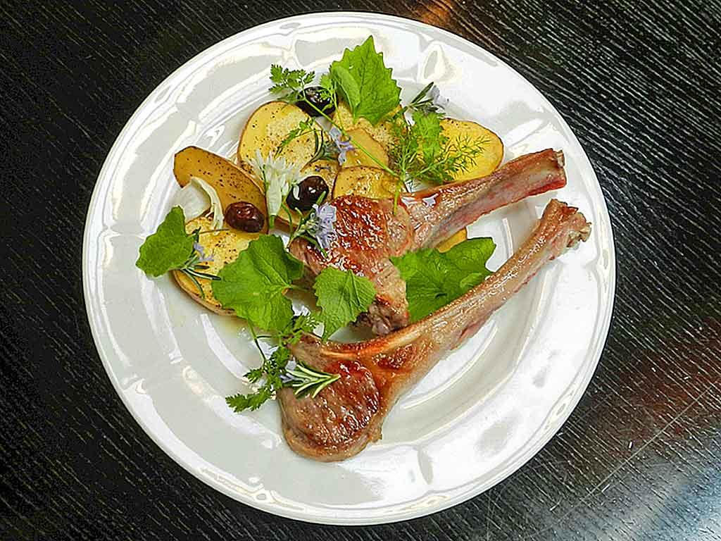 Lammkoteletts mit Kräutern.