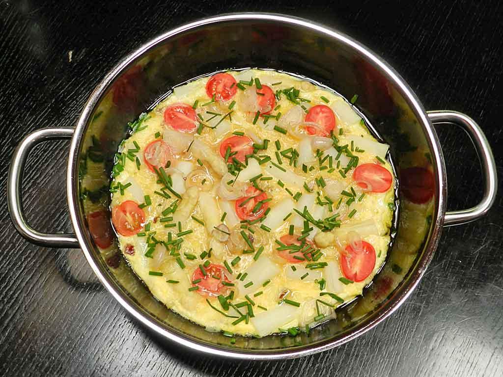 Heiß aus dem Ofen: Spargel-Frittata