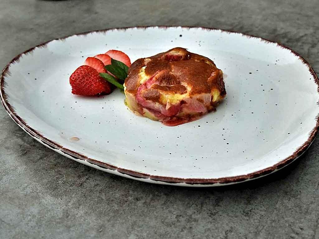 Süßer Eierteig mit Obst - Clafoutis mit Erdbeeren sind ein Gedicht.cken