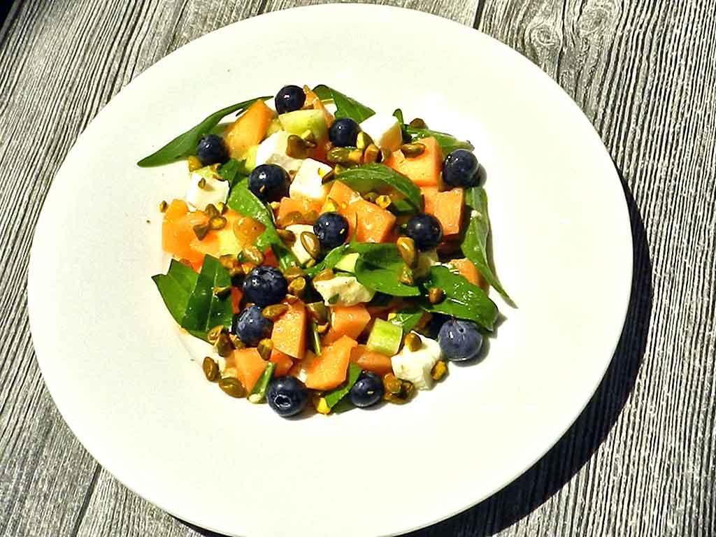 Bunt gemischter Sommersalat mit Melone.