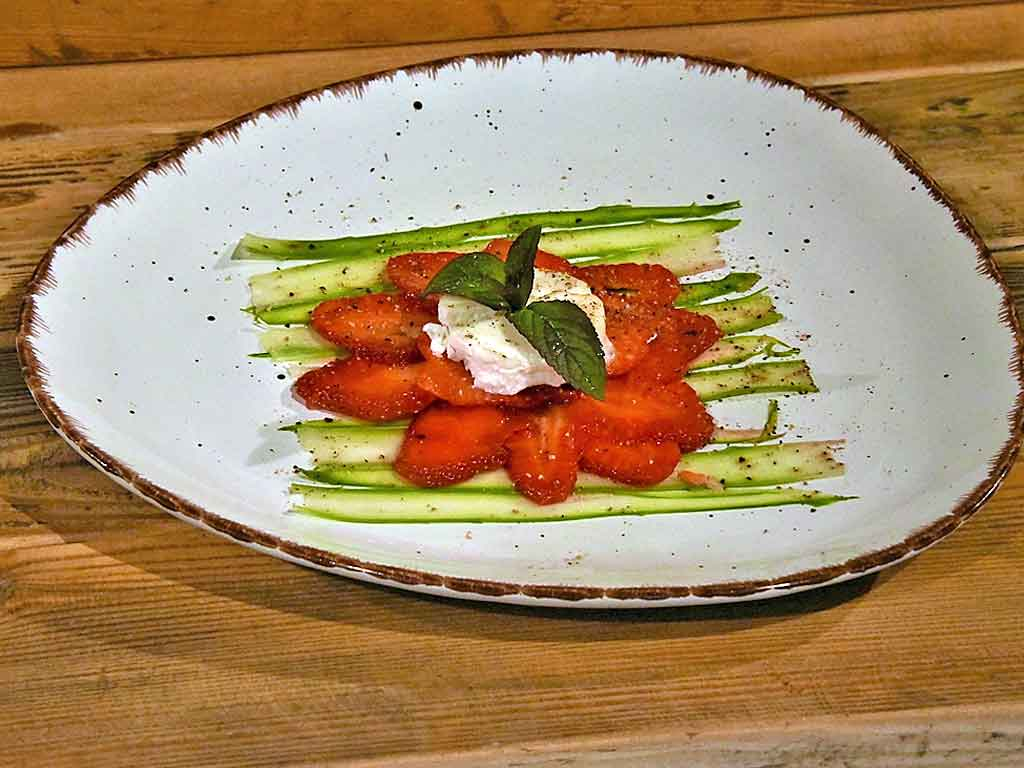 Farblich und geschmacklich wirklich fein: Spargel-Carpaccio mit Erdbeeren und Ziegenkäse.