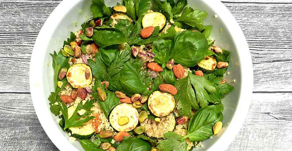 Eine Schüssel Grün: Bulgursalat mit Zucchini und Kräutern.