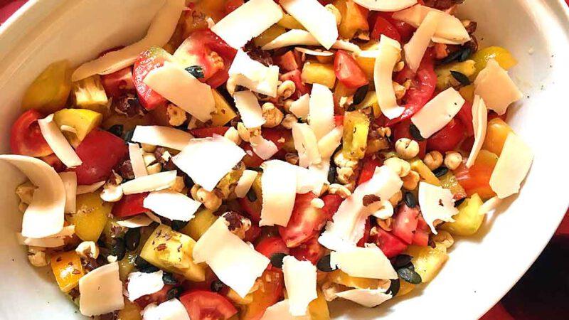 Sommerlich: bunter Tomatensalat mit Chistera.