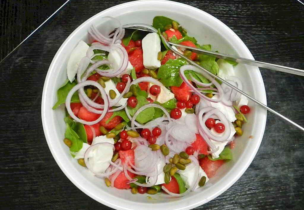 Durstlöschend: Salat aus Wassermelone, Mozzarella und Spinat.