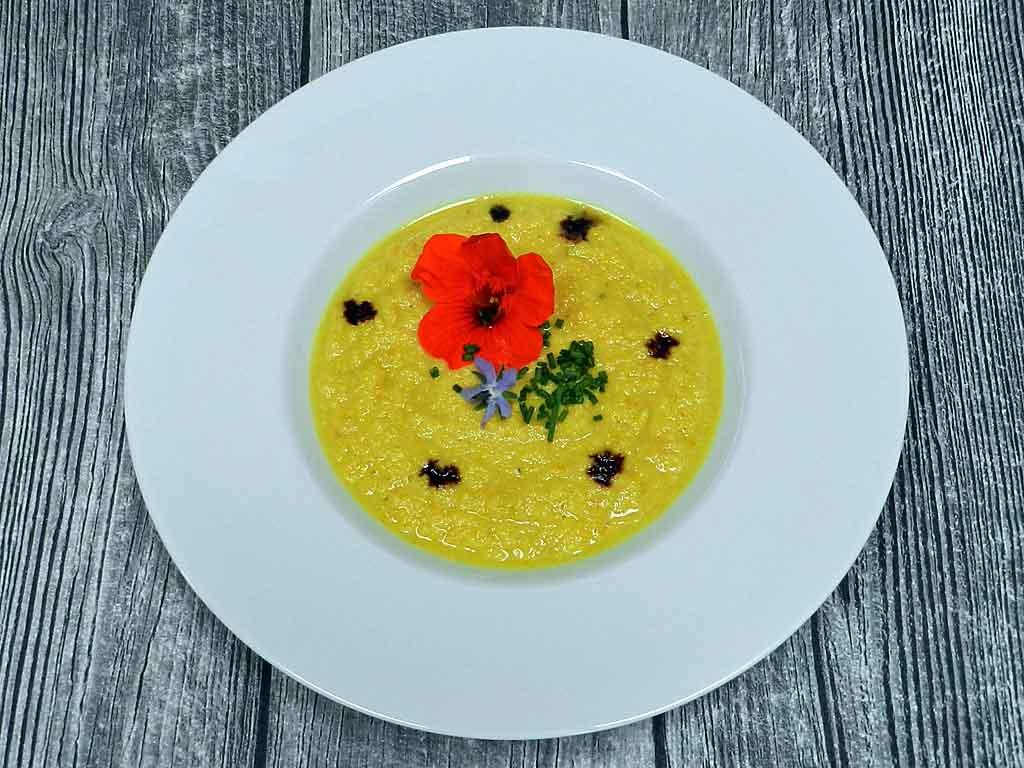 Sommerlich: Gazpacho von gelben Zucchini.