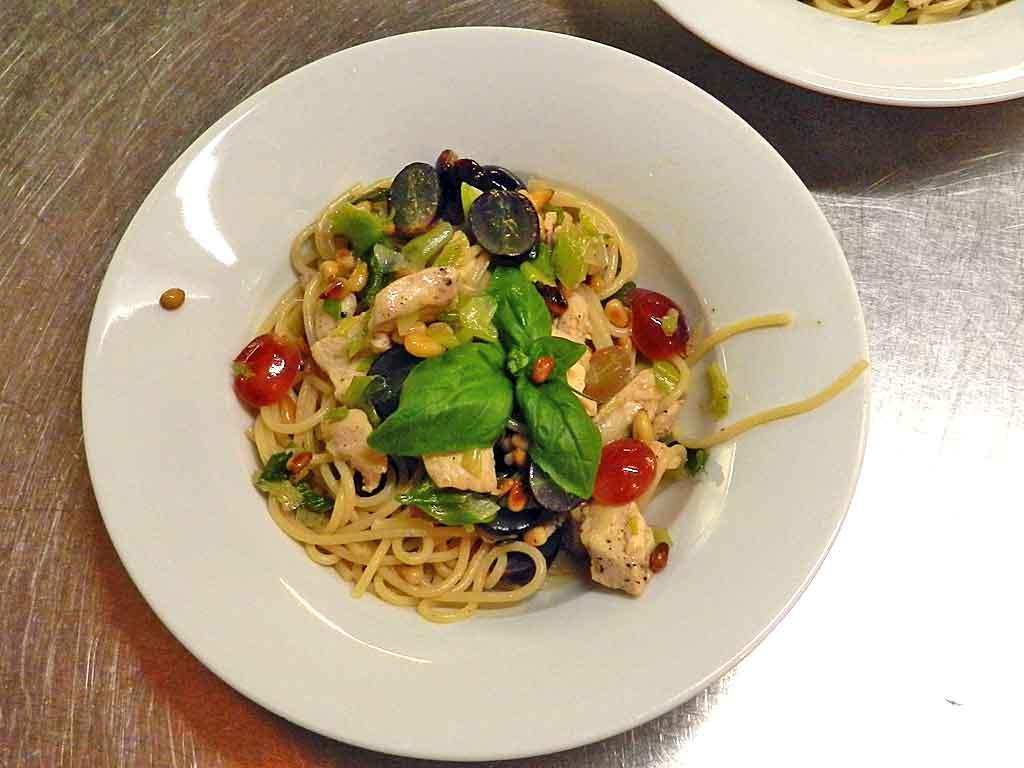 Pasta, Trauben und ein wenig Hühnchen: mundet als Vorspeise oder leichtes Hauptgericht.