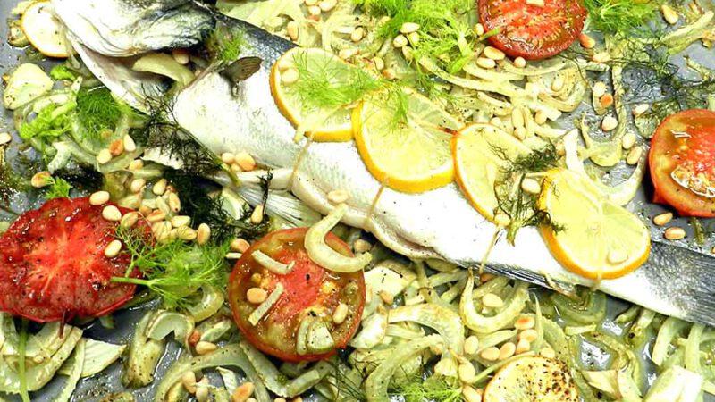 Fenchel hobeln, Fisch drauf - fast fertig. Den Rest erledigt der Ofen.